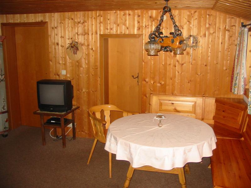 Gem tliches wohnzimmer mit sitzecke couch fernseher for Sitzecke wohnzimmer
